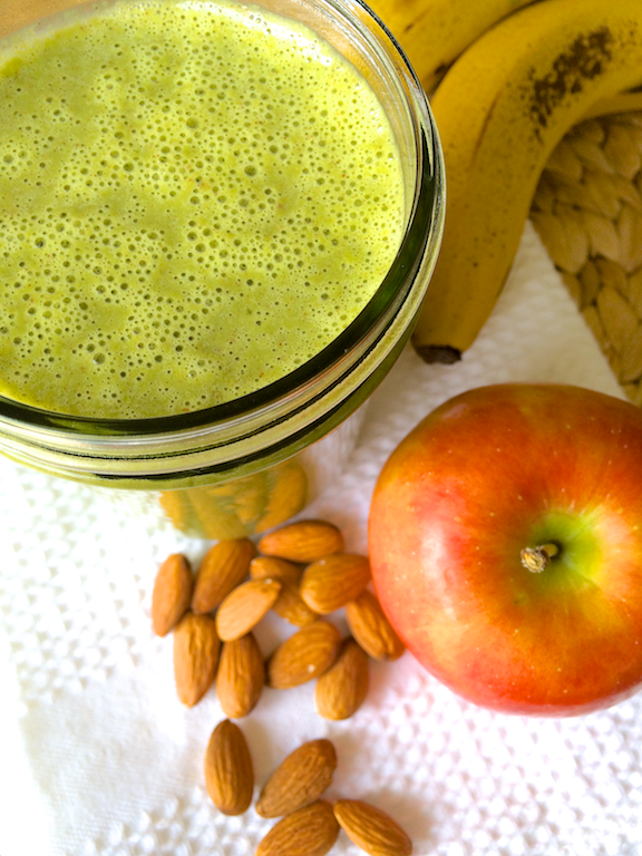 Deliciously Satisfying Winter Green Smoothie | RachaelRoehmholdt.com